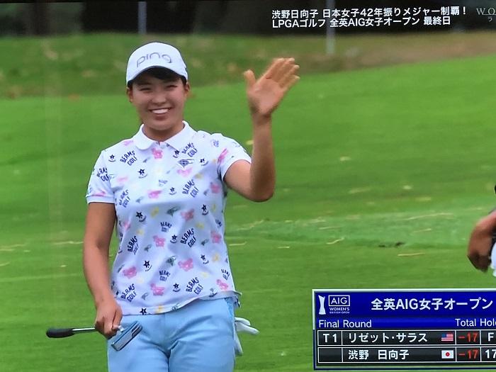 笑顔で答える渋野選手
