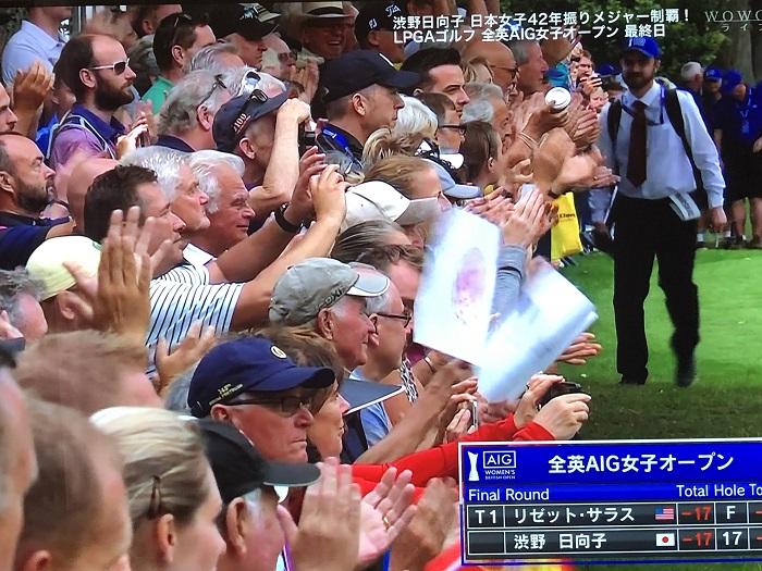 最終日最終ホールで盛大な拍手で迎えられる渋野選手